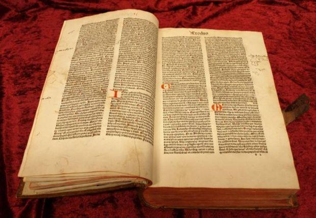 Papierseiten mit rubrizierten Initialien