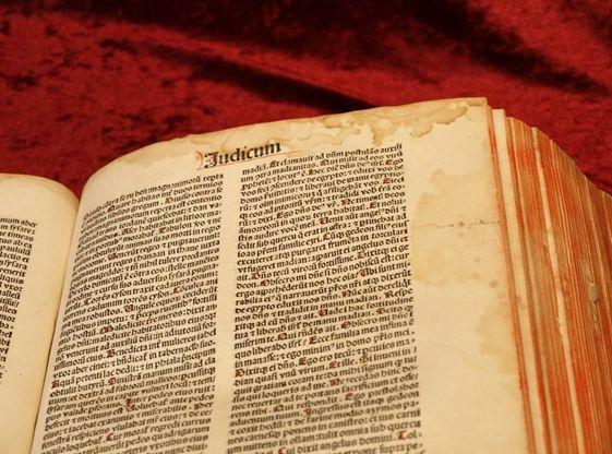 Wasserschaden der Biblia Latina