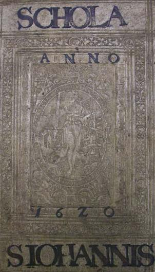 Supralibros des Johanneums von 1620. Der Plattenstempel in der Mitte zeigt  Justitia.