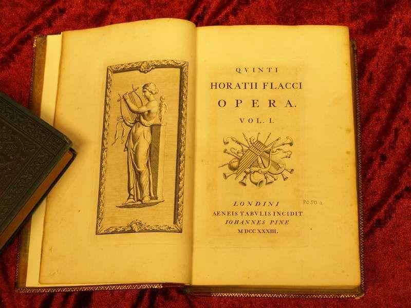 In dem Nachlass von Bertheau fanden sich auch Werke von Horaz in der Ausgabe von John Pine mit gestochenem Text, Vignetten und Abbildungen.
